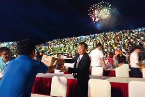 Lãnh đạo tỉnh Khánh Hòa nhặt rác sau lễ khai mạc Festival Biển