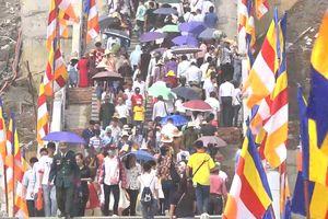 Dòng người đi bộ 5 km lên chùa Tam Chúc dự Đại lễ Phật đản