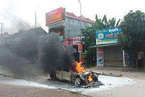 Nghệ An: Ô tô bốc cháy dữ dội, tài xế mở cửa chạy thoát thân
