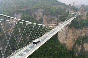 Trung Quốc: Lái xe buýt qua cầu kính khổng lồ để chứng minh an toàn