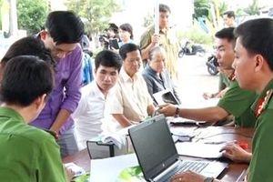 Công an TP Cần Thơ tư vấn, cấp đổi căn cước công dân lưu động cho công nhân