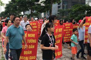 Cư dân tuần hành phản đối chủ đầu tư xén đất xây bệnh viện