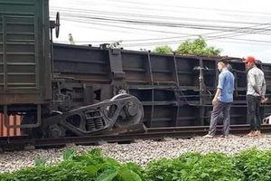 Tàu trật bánh tại Nam Định làm tê liệt đường sắt Bắc Nam