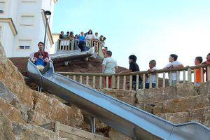 Du khách bị văng ra xa khi sử dụng cầu trượt