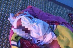 Nửa đêm đi mua thuốc, phát hiện bé sơ sinh bị bỏ rơi ở cổng trạm y tế