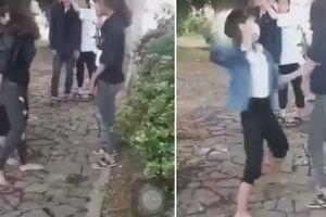 Xôn xao clip 2 nữ sinh đến trường uy hiếp, 'xử' bạn vì… thích là đánh!