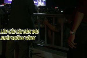 Xúm lại xem thanh niên mập mạp leo lên cầu Sài Gòn đòi nhảy xuống sông