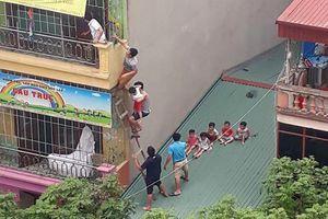 Cháy trường mầm non tư thục ở Hà Nội, người dân bắc thang gỗ giải cứu các cháu