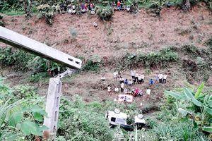 Ô tô lao xuống vực sâu 30 mét ở Lào Cai, hai vợ chồng thương vong