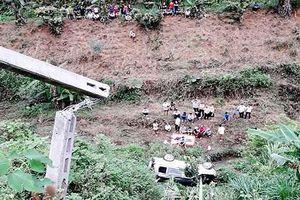 Ô tô lao xuống vực sâu 30 m, hai vợ chồng thương vong