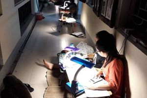 Hình ảnh chong đèn ôn thi nước rút gợi nhớ thuở học trò thân thương