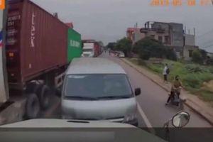 Hàng loạt ô tô lấn làn, bị tài xế container dạy bài học nhớ đời