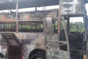 Xe giường nằm bốc cháy dữ dội tại Đồng Nai