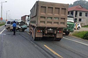 Đấu đầu xe tải, nữ tài xế xe 'su cóc' bị thương trên quốc lộ