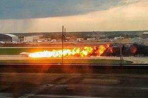 Khoảnh khắc đáng sợ bên trong chiếc máy bay chở khách Nga bốc cháy