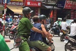 Hà Nội: Gã đàn ông say xỉn đập chai bia rồi lấy mảnh vỡ đâm vào mặt chiến sỹ công an