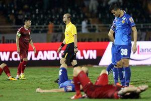 Vòng 9 V-League: 'Điểm nhấn' trọng tài