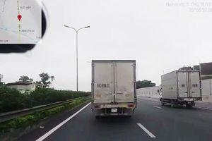 Tước bằng lái tài xế xe tải không chịu nhường đường xe công an