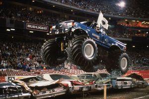 Xe tải 'quái vật' nặng 5,4 tấn nhảy xa 43 m, phá kỷ lục thế giới