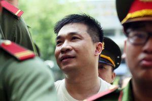 Người thân bị cáo Văn Kính Dương òa khóc ở tòa