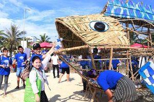 Cá Bống 'ăn rác' thu hút người dân tại biển Đà Nẵng