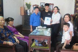 Bảo hiểm xã hội Việt Nam tặng thẻ BHYT cho con nữ lao công tử nạn