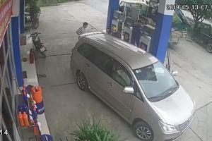 Vào đổ xăng, tài xế ô tô 'tiện tay' cầm luôn can dầu của cửa hàng