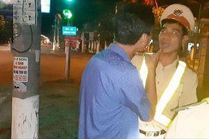 Uống rượu bia lái xe, tự xưng 'thiếu tá quân đội', va chạm với CSGT