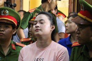 Chùm ảnh: Văn Kính Dương vui vẻ, Ngọc 'Miu' thở phào khi tòa quyết định trả hồ sơ