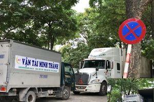 Hà Nội: Xe tải dàn trận 'cày nát' lòng đường, vỉa hè KĐT Pháp Vân