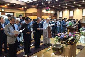 Kim Woo Bin và Jo In Sung dự lễ Phật Đản do sư thầy của Shin Min Ah chủ trì