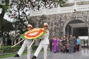 Dâng hương tưởng nhớ các anh hùng liệt sĩ tại nghĩa trang liệt sĩ A1