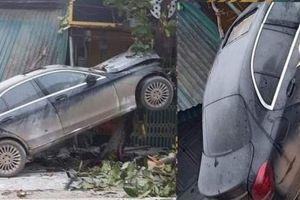 Phú Thọ: Mercedes- Benz C-Class nát đầu sau khi tông thẳng vào cây bàng ven đường