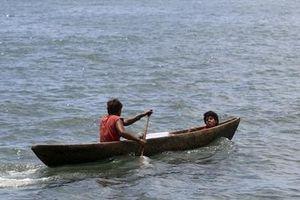Hai thanh niên Nga dùng... xẻng chèo thuyền vượt 150km biển