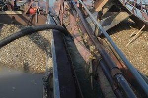 Tạm giữ 3 thuyền khai thác cát, sỏi trái phép trên sông Lam