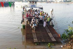 Người dân Tiền Giang bức xúc đi phà qua sông chung với rác