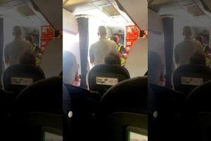 Nam hành khách bị tống khỏi chuyến bay sau nghi án quấy rối tình dục: Tiếp viên hàng không Anh đẫm nước mắt
