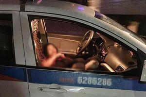 Nữ tài xế taxi bị đâm gục trên vô lăng