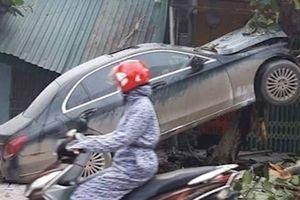 Ôtô bị 'vỡ nát đầu' sau cú tông mạnh vào gốc cây