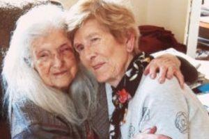 Người phụ nữ 81 tuổi vỡ òa lần đầu gặp mẹ sau 60 năm 'mất tích'