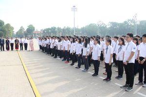 Đoàn học sinh giỏi tiêu biểu ngành Giáo dục Hà Nội báo công dâng Bác