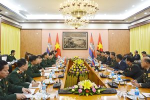 Phó tổng Tư lệnh kiêm Tư lệnh Lục quân Quân đội Hoàng gia Campuchia thăm Việt Nam