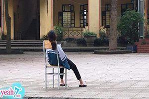 Hình ảnh đáng thương nhất ngày: Nữ sinh ngồi buông xuôi giữa sân trường, phải chăng vì áp lực thi cử