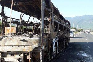 Xe giường nằm bất ngờ cháy rụi, hàng chục hành khách hoảng loạn