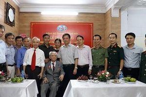 Trao huy hiệu 75 năm tuổi Đảng tặng Thiếu tướng Nguyễn Duy Phê