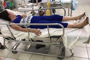 Ngăn cản người lạ vào nhà hàng xóm, 2 cụ bà bị hành hung đến nhập viện