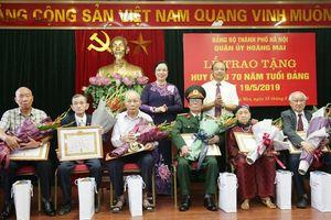 Phó Bí thư Thường trực Thành ủy trao Huy hiệu Đảng cho đảng viên lão thành