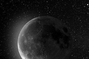 Bức ảnh mặt trăng khó tin chụp từ sân vườn nhà