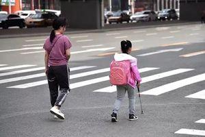 Xúc động câu chuyện mẹ giả vờ để con gái mù tự đến trường suốt 5 năm