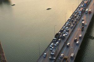 Va chạm giữa 2 ô tô, đường vành đai 3 trên cao Hà Nội ùn tắc nghiêm trọng